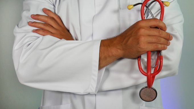 donation CHI Saint Joseph: person in a white lab coat with a stethoscope in his hand