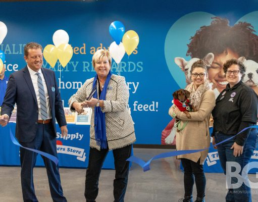 ribbon cutting at Feeders Supply in Lexington KY